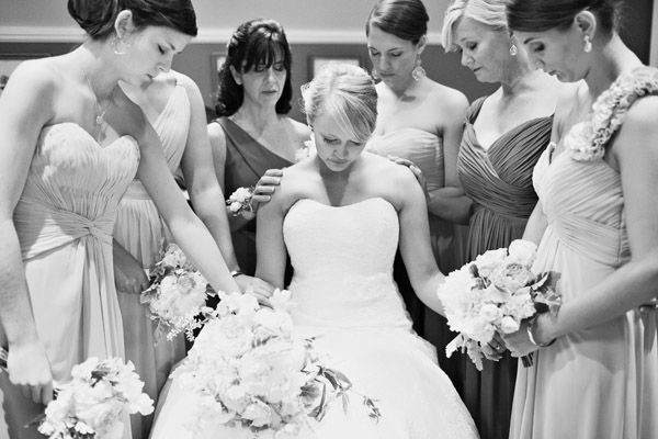 quiet moment before the ceremony | Nancy Ray #wedding