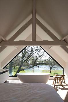 Een zolderkamer? Daar maak je toch gewoon een master bedroom van zeker.