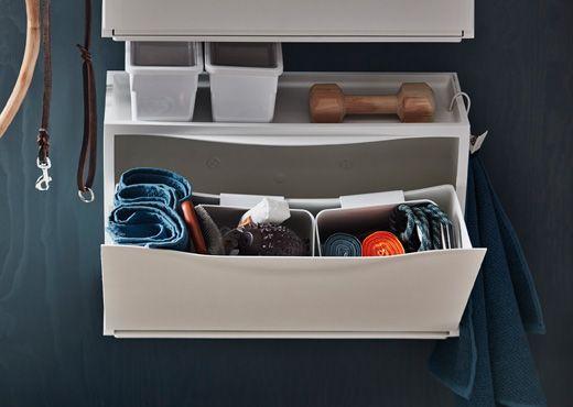 Höhenverstellbarer Schreibtisch Ikea Test ~ IKEA TRONES Aufbewahrung in Weiß geöffnet Zu sehen sind Utensilien