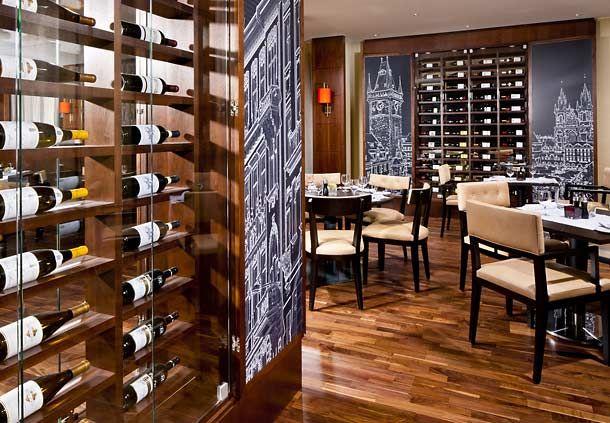 Tómate una copa de vino en el Midtown Grill Restaurante del Prague Marriott Hotel en la República Checa.