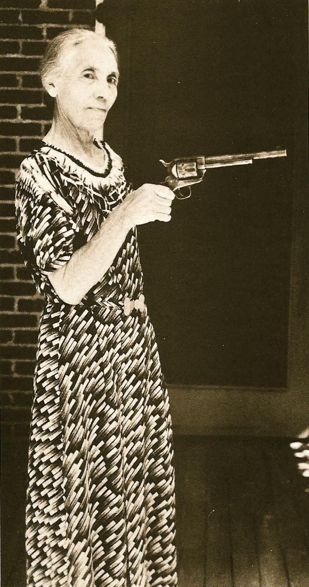 La esposa del sheriff Pat Garrett muestra el revolver con que su marido mató a Billy el Niño