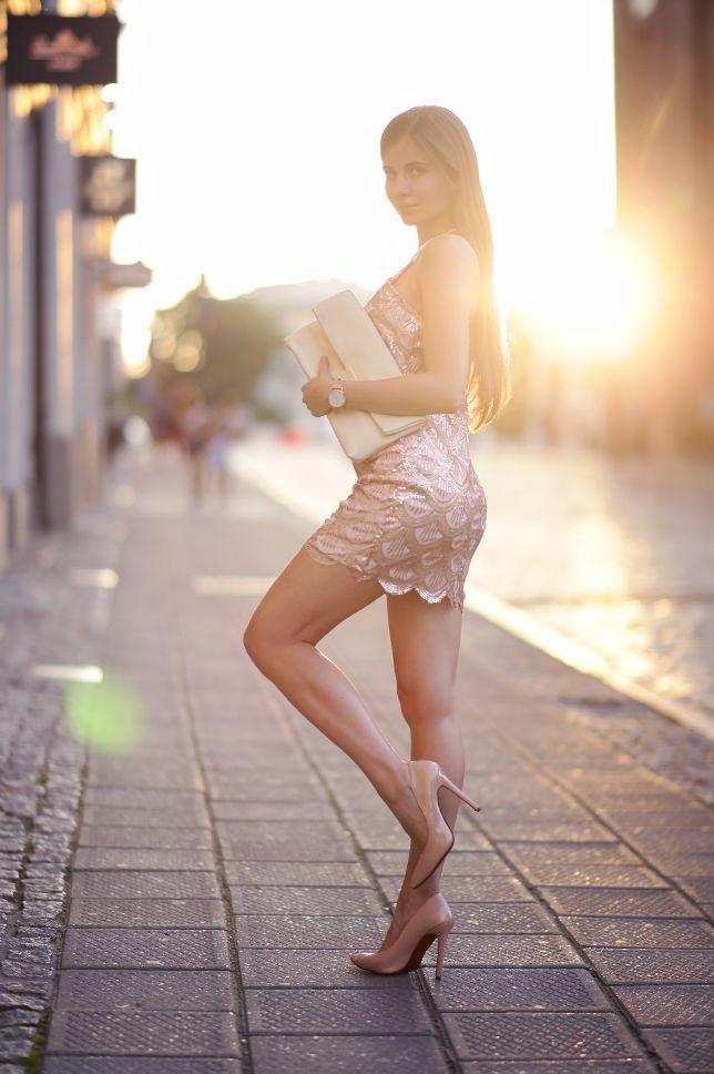 Złota sukienka z cekinów, beżowe szpilki i kremowa kopertówka | Ari-Maj / Personal blog by Ariadna Majewska