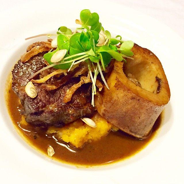 Hovězí hrudí se silnou vinnou omáčkou, morkovou kostí a dýňovo-bramborovým pyré. Beef brisket with strong wine sauce, marrow bone and pumpkin-potato puree. Use microgreens! @svoboda_jakub  Recipe at my blog @cook_book_by_alex  #beef #lunch #dinner #yummy #microbylinky #microgreens #growing #growyourown #seeds #hovezi #oběd #vecere #herbs