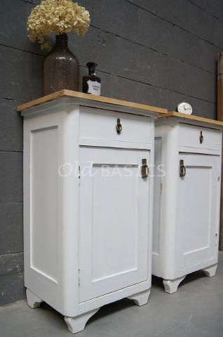 Set nachtkastjes 30015 - Set witte nachtkastjes met een landelijke uitstraling. Het boven blad is van origineel oud hout, de pootjes zijn sierlijk golvend.