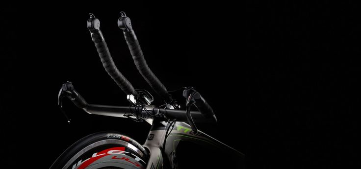 Perfect riding posture with triathlon handle bar with integrated aero-bars. Tested and proven aerodynamics in aero-tunnel.