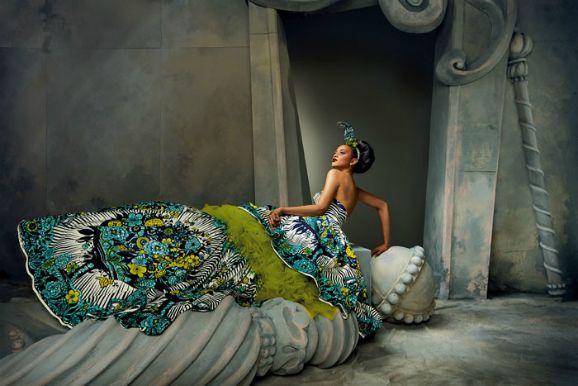In het boek Vlisco – Textiel voor Afrika zijn de stoffen van Vlisco te bewonderen. De kunstig bedrukte stoffen waar je Afrikaanse vrouwen in ziet, komen uit Holland. Ze worden sinds 1846 gemaakt in Helmond door het bedrijf Vlisco, en heten ook wel Dutch Wax. Ze zijn en waren een bron van inspiratie voor designers als Jean Paul Gaultier en John Galliano.