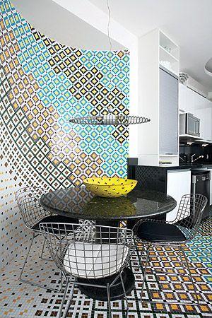 Inspiração marroquina  Para fazer o mosaico de vidro, as pastilhas foram aplicadas em placas numeradas, como um quebra-cabeça, compondo o mosaico artístico que forra não só a parede, mas todo o chão