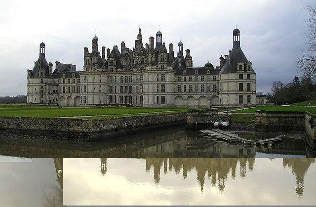 Castillo de Chambord  Es uno de los mejores ejemplos de arquitectura renacentista francesa, y una Curiosidad por mezclar estilos tradicionales medievales acondicionado Estructuras Clásicas Italianas. Es el más grande de los castillos del Loira .