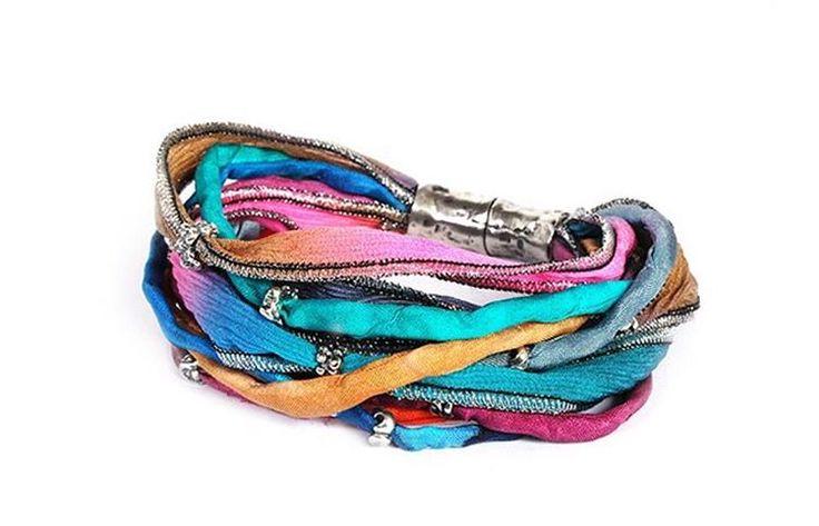Porque son los detalles que marcan las diferencias, las pulseras la bruixeta son cuidadosamente elaborada cada detalle, seda, color, plata y piedras se complementan para crear una joya única e irrepetible. 100% hechas a mano. LABRUIXETA.  #details #fashion #joyamoda #joyasartesanales #bracelet #pulseras #platadeley #instablogger #instapic #lookoftheday #look #ootd #streetstyle #beautiful #alicantemoda #healthyoufit #seda #unicas #mipulseraeslamejor #joya #colores #labruixetajoyas