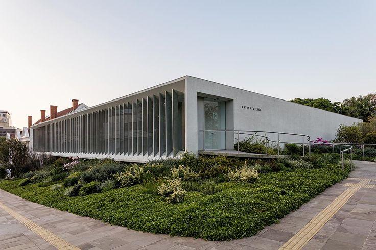 O instituto está localizado em terreno de esquina e, suspenso do solo, é resguardado do exterior pela intermediação de taludes ajardinados