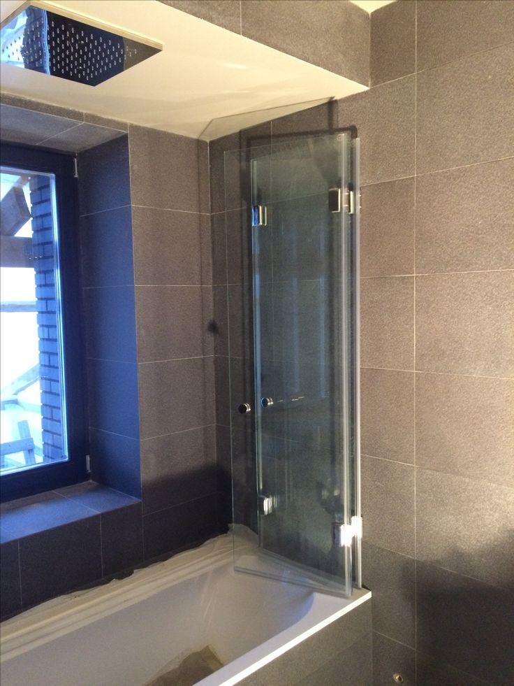 Трёхстворчатый стеклянная шторка - гармошка на ванну от немецкой фабрики SPRINZ. Великолепная фурнитура, засаленные прозрачные стекла толщиной 8мм, обработанные в Германии.