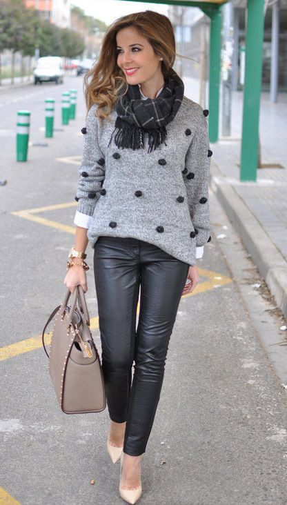 Look de Inverno_look de inverno para o trabalho_calça de couro_cachecol_blusa de lã_sapato nude_look para trabalhar