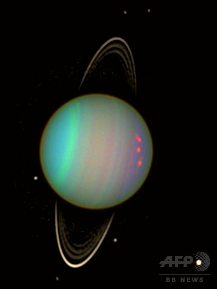 【特集】天王星 - 水灰色の巨大ガス惑星 http://www.afpbb.com/articles/-/3056022 米航空宇宙局(NASA)のハッブル宇宙望遠鏡の掃天観測用高性能カメラが撮影した、天王星の輪と衛星。天王星の周囲は、色が薄い輪や衛星を際立たせるため、明るさを強調する画像処理が施されている(2004年1月22日公開)。(c)AFP/NASA