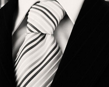 Jeżeli będzie to spotkanie przed 18.00, nasze ubrania mogą być jasne. Panowie zakładają szary garnitur, białą koszule, czarne buty i czarne skarpetki. Panie zakładają szary kostium. Gdy wizyta jest po 18.00, stroje powinny być ciemne. W wypadku mężczyzn czarny garnitur. Koszula powinna być biała, buty i skarpetki czarne. Kobieta może być w czarnym kostiumie lub czarnej sukience. Jeśli udajemy się na przyjęcie jako para musimy pamiętać o tym, aby nasze stroje były zharmonizowane.