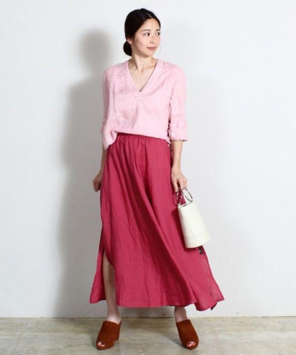 シャツもスカートも<120%LINO>のもの。リネンアイテムならではの軽やかさで、トレンドカラーのピンクで全身コーディネートをしても爽やかに決まります♪