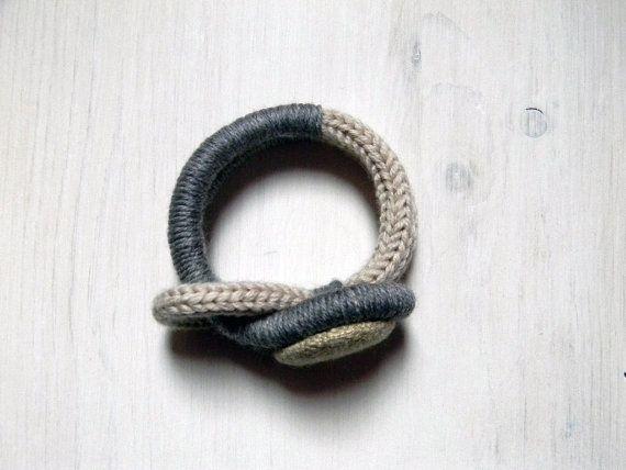 Braccialetto in lana con bottone in tessuto tweed. di ylleanna