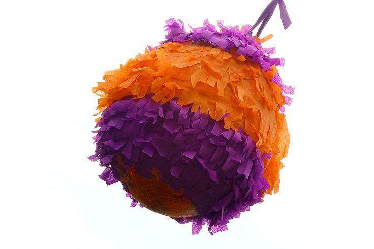 Proposer une piñata lors d'une fête, c'est un excellent moyen de décorer et d'amuser vos invités en même temps. Ceci dit, vous n'avez pas besoin d'aller acheter la piñata de votre prochaine fête. En suivant ces quelques conseils, vous pourr...