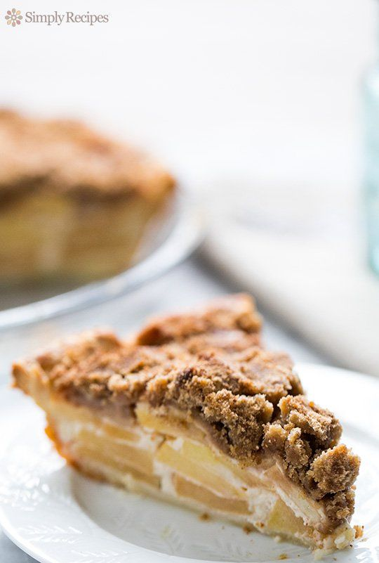 Sour Cream Apple Pie ~ Absolutely delicious sour cream apple pie with a brown sugar, flour, and butter streusel topping.