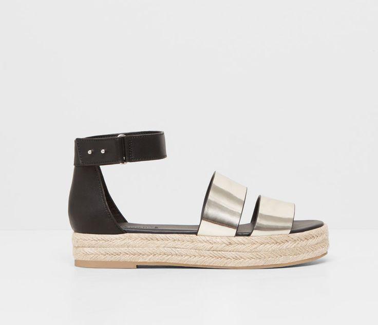 <p>Les sandàlies amb toc metal·litzats són la novetat de la temporada. </p>