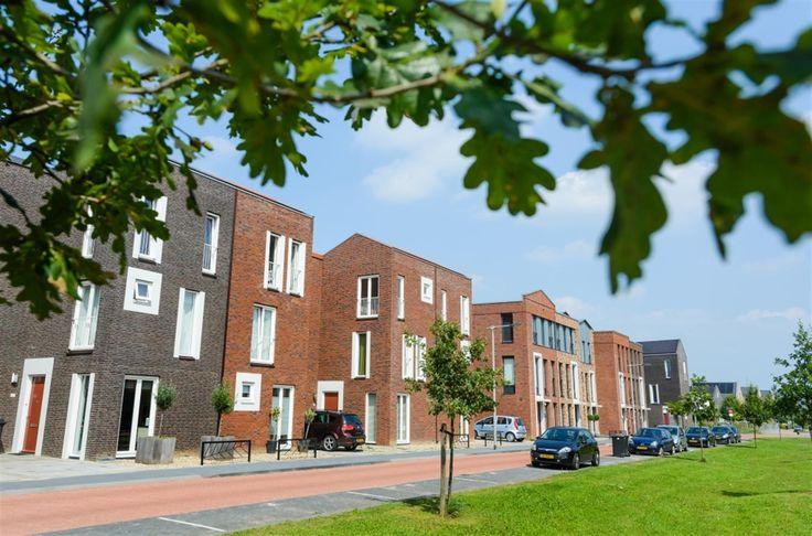WOON in Schuytgraaf - Arnhem, prijs €245.000,- tot €349.000,-. De nieuwe wijk bruist van het leven. In en om de wijk vind je heel veel natuur, net als scholen, gezondheidszorg en sportverenigingen. En bij NS-station Arnhem-Zuid komt straks een gevarieerd aanbod aan winkels. Schuytgraaf wordt dan ook een gezellig dorp aan de rand van de stad. Je nieuwe woning is ruim op elke verdieping, hij ligt geweldig, heeft een fraaie tuin en is perfect en al helemaal compleet afgewerkt.
