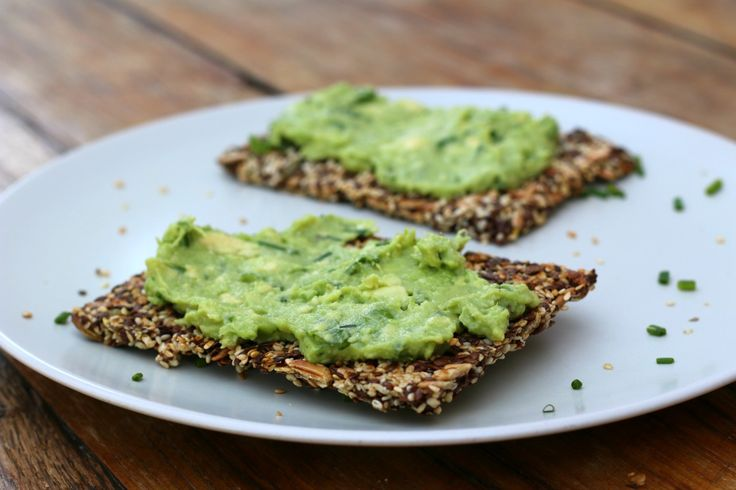 Nicole deelt graag een recept voor knapperige homemade crackers met avocadospread, die ideaal zijn om mee te nemen. Lekker als lunch en zonder suiker.