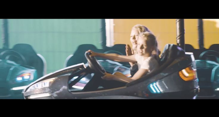 """Neues Video von Paralleluniversum: """"Kleiner Komet"""". Paralleluniversum und machen Musik für coole Kids, für Teenager und für Erwachsene. Schaut mal rein!"""