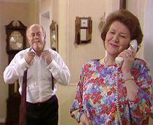 Hyacinth puhelimessa ja Richard takana.