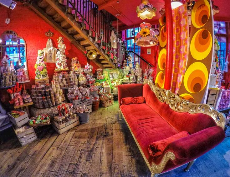 Now then there is everyday chocolate shopping.... and then there is Choccywoccydoodah chocolate! When in London it would have been rude not to