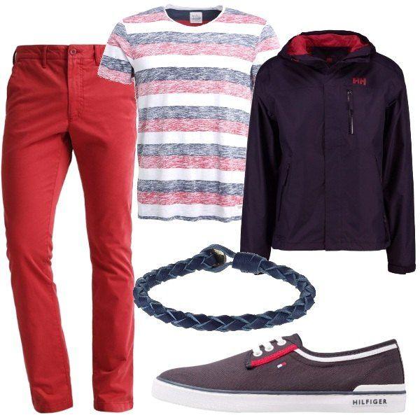 Pantaloni aderenti in un colore diverso dal solito abbinati ad una t-shirt a righe bianche rosse e blu. Sopra una giacca a vento blu con interno rosso. Scarpe basse in tessuto e un bracciale in pelle.