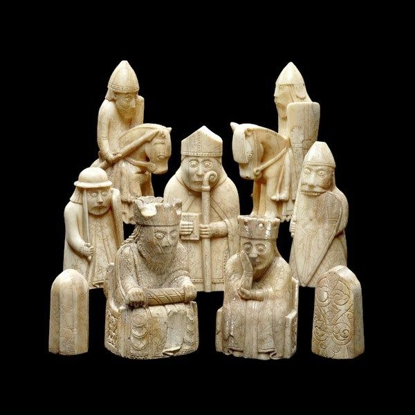I famosi scacchi dell'isola di Lewis - British Museum-Stanza 40 di Medieval Europe-Nel 1831 sull'isola di Lewis (Ebridi Esterne, Scozia) fu ritrovata in un contenitore di pietra una collezione di scacchi realizzati intagliando zanne di tricheco. I pezzi erano 93 e da allora ci si interroga sulla loro provenienza e sull'epoca in cui furono realizzati. Secondo buona parte degli storici, gli scacchi furono intagliati in Norvegia.
