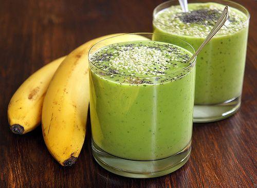 Смузи с авокадо (2 порции) 1 авокадо 1 апельсин 1 банан сок половинки лимона пучок петрушки (шпината или мяты) 1 стакан воды Очистить банан и апельсин, порезать и отправить в блендер вместе с мякотью авокадо, листьями зелени, водой и соком лимона. Дать блендеру все хорошенько измельчить. Густой, вкусный и сытный смузи готов!
