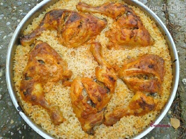 V rúre pečené smotanovo-cesnakové kuracie stehná s ryžou (fotorecept) - Recept