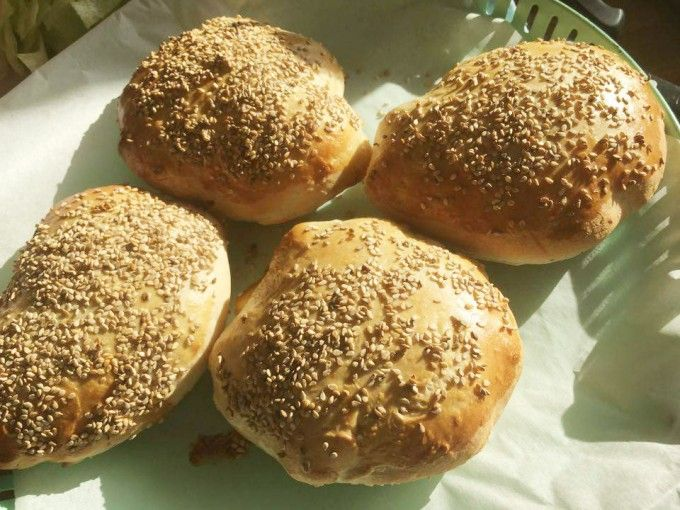 Disse sandwichbrød er noget nær det letteste - kun 4 ingredienser og hurtige at røre/ælte sammen, lidt hævning og så ellers i ovnen. Man behøver jo slet ikke gøre bagværk svære, end det er vel ? :-)Til 6 store sandwichbrød skal du bruge :1,5 dl lunt vand - 25 gram gær - 1 tsk