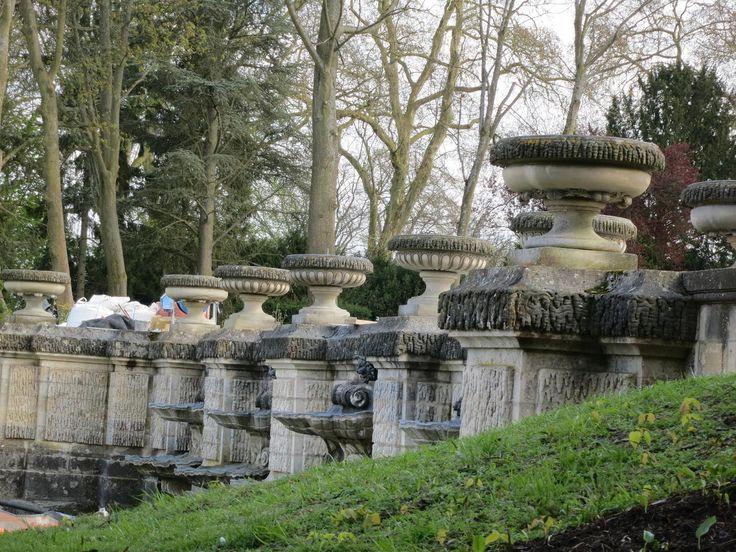 Château de Chantilly, Francja. Jednym z niewielu zachowanych elementów barokowych jest Mała Kaskada (Cascades de Beauvais) – mur oporowy z muszlami i maszkaronami. Po bokach rozmieszczone są rampy, a górną część ozdabiają wazy z wodotryskami.