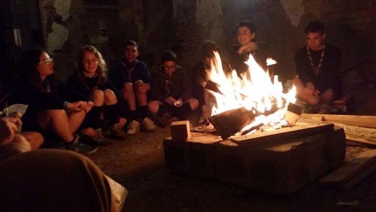 attorno al fuoco con gli scout