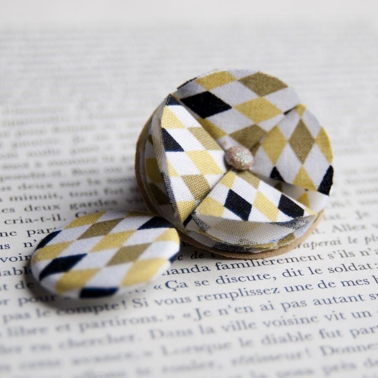"1.7"" Fabric brooch & 1.25"" Fabric pinback button 'Arlequin' - $15.90  #broche #brooch #badge #pinback #button #pin #tissu #fabric #peachbanana"