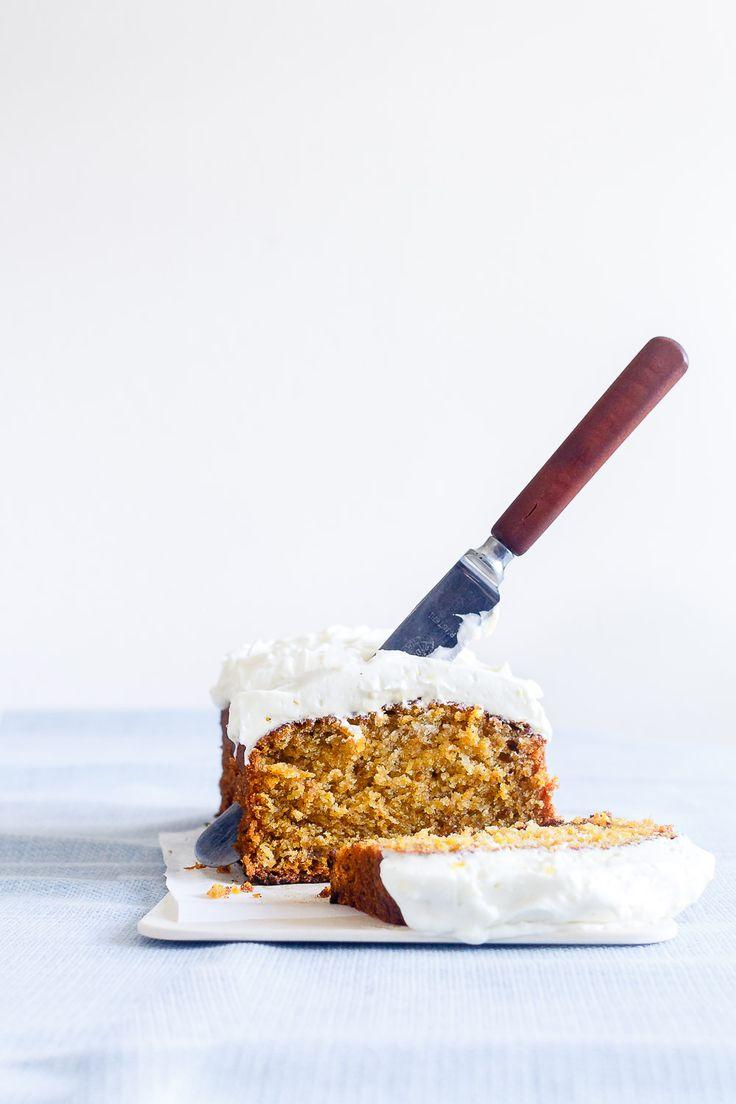 Den bedste opskrift på svampet gulerodskage med flødeost glasur - med citron og vanilje. Lækker, frisk gulerodskage, som er nem at bage og smager fantastisk