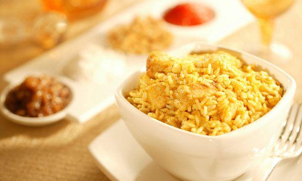Arroz com frango ao curry e leite de coco