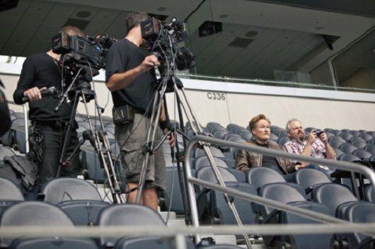 Watch Conan O'Brien play Street Fighter 2 on Dallas' huge stadium screen - http://videogamedemons.com/news/watch-conan-obrien-play-street-fighter-2-on-dallas-huge-stadium-screen/