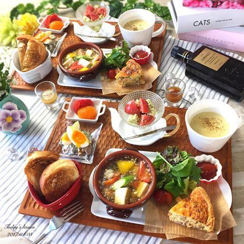 . 今日は人気のアヒージョ&キッシュの レッスンでした☺️ . いつも福岡からいらしてくださる、 仕草の可愛い美人さんに 癒されながら楽しいレッスンでした。 . . *菜の花と挽肉のキッシュ *海老とカラフル野菜のアヒージョ *サツマイモのポタージュ *若松トマトとクリームチーズのカプレーゼ *きゅうりとツナマスタード 半熟卵のせ *いちごと手毬みかん . . 旬のものって、美味しいだけじゃなく 運気が上がる⤴︎⤴︎そうなので、 今日は菜の花と新玉ねぎを使って 運気UPUP✨ . 昨日、一旦停止で捕まりましたからね . . 今日は息子の慣らし保育1日目。 1時間半みてもらいましたが 全然泣かずに笑顔でハイハイしていたそうで 安心安心明日は給食まで . . ------------------------------ . Ohana kitchen レッスンの空き状況 . ◆4月 マンツーマンレッスン 満席 おもてなしレッスンコース 8日2名様/22日1名様 空きがあります . ◆5月 マンツーマンレッスン空き...