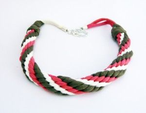 Collar trapillo Kumihimo a tres colores