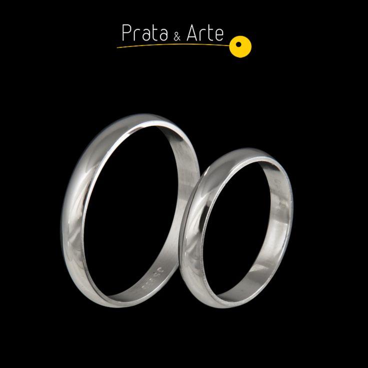 Aliança média fina em prata.   http://www.prataearte.com.br/products.php?product=Alian%C3%A7a-M%C3%A9dia-Fina-%28unidade%29