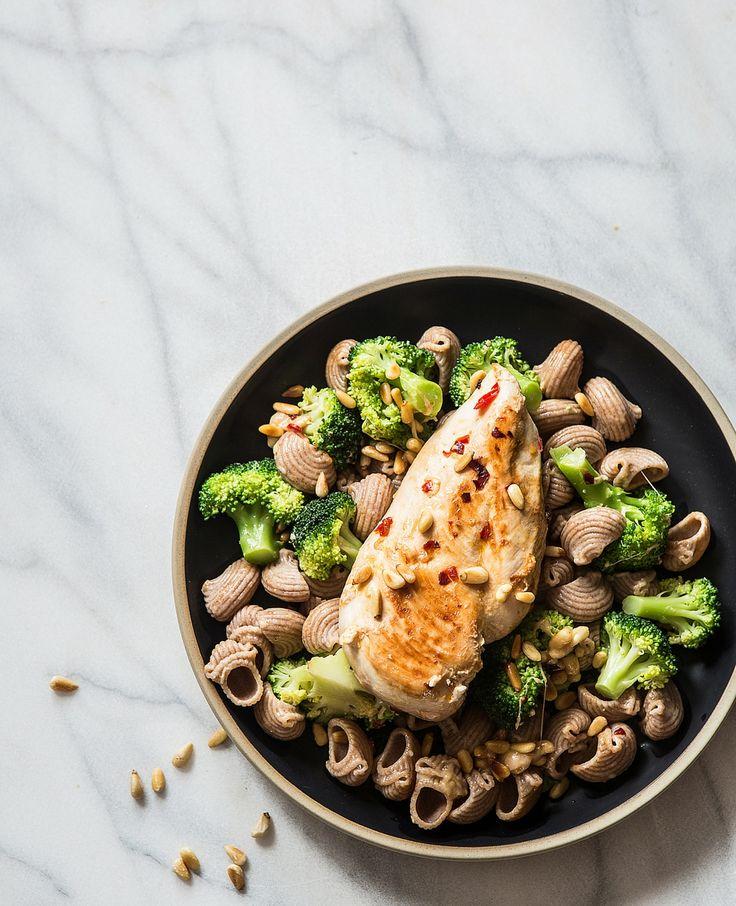 Pasta met broccoli en pijnboompitten Voor 2 personen Dit heb je nodig 250 g kalkoenfilet 300 g broccoli 150 g volkorenpasta zout 2 el olijfolie 1 chilipeper fijngehakt 2 tenen knoflook, fijngehakt 2…
