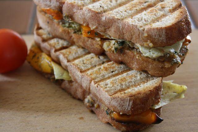 Sandwichs grillés aux poivrons et aux artichauts sur un pesto de basilic