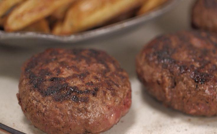 Hambúrguer caseiro leva mistura de fraldinha e linguiça calabresa