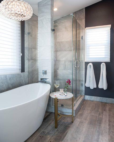 Hem duş hem küvet, lamine parke yerler ile elit bir banyo dekorasyonu  #dekorasyon #banyo #banyodekorasyonu