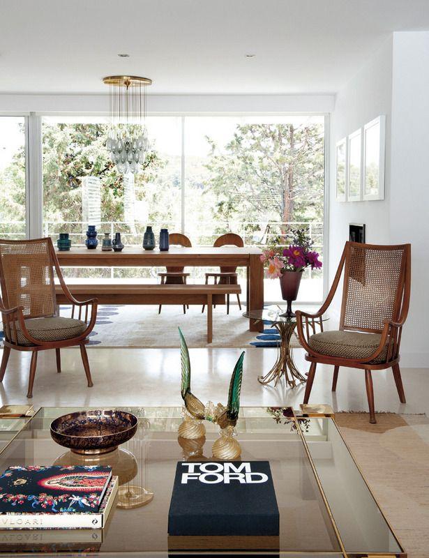 Sin barreras arquitectónicas, salón y comedor comparten un mismo espacio delimitado por la disposición del mobiliario. Ambos ambientes se abren al jardín a través de unas cristaleras.