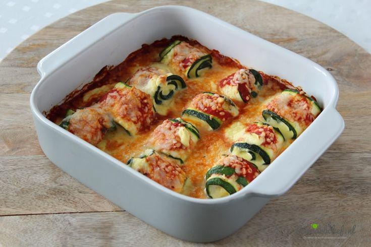 Deze ovenschotel met courgette pasta rolletjes is een koolhydraatarme variant van het Italiaanse rollatini gerecht. De courgette rolletjes heb ik gevuld met een ricotta kaasmengsel en gebakken in tomatensaus! Je kunt de courgette pasta rolletjes serveren met een frisse salade of een stukje vlees of vis!
