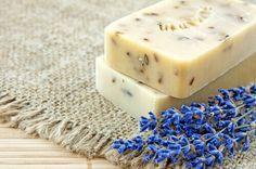Lavendel är en medicinalväxt med massor av nyttiga egenskaper. Gör en egen naturlig hemgjord lavendeltvål med hjälp av denna enkla steg för steg guide.