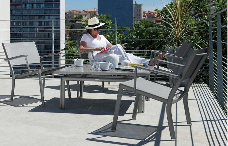 Fermob Costa - Fauteuil en toile et table basse Costa, chez Frédérique à Marseille.